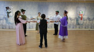 """Bransle de l'Official, """"Toss-a-Wench"""", or """"Toss the Duchess"""" with Robin Hood"""