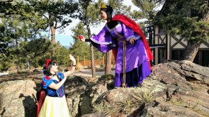 Evil queen give Snow white Apple