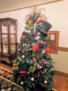 Top hat christmas tree dance